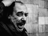 портрет зевающего мужчины с усами
